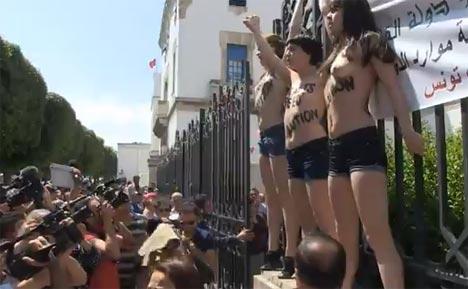 femen à tunis devant le tribunal